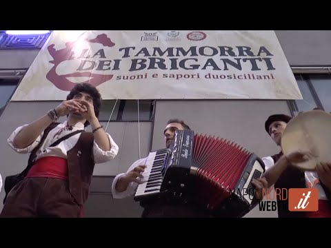 TAMMORRA DEI BRIGANTI, MUSICA E FOLKLORE AL CENTRO STORICO DI GIUGLIANO. GUARDA IL VIDEO
