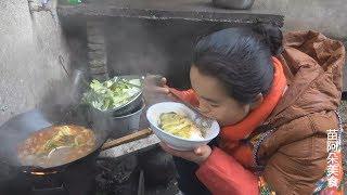 苗大姐一个人的火锅,剁辣椒配的大白菜,吃了十一分饱