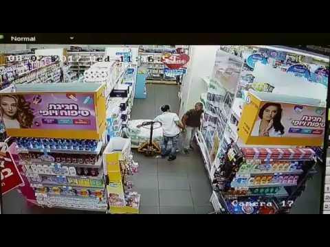 В Явне (Израиль) арабский террорист напал на сотрудника магазина, пытаясь его зарезать.