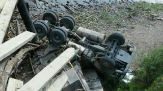 Падение грузовиков с моста. Крушение тяжелой техники. Жесть!