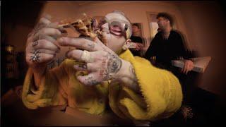 Kadr z teledysku Złoty chłopak tekst piosenki Holak