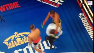 Боксер случайно отправил рефери в нокдаун во время боя