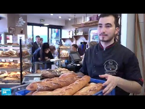 العرب اليوم - شاهد: شاب تونسي يُقدم الخبز إلى الرّئيس الفرنسي ماكرون كلّ يوم