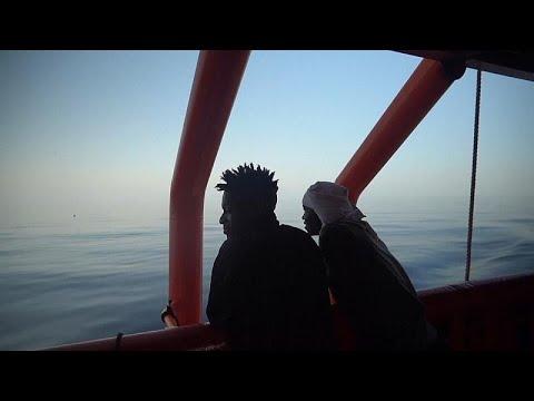 العرب اليوم - شاهد: احتفال على متن سفينة خيرية أنقذت مهاجرين من الغرق