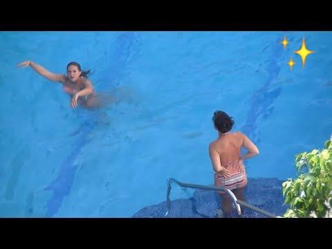 Chicas en la piscina