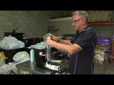 العرب اليوم - شاهد: مصفف شعر سابق في أستراليا يصنع أطرافاً صناعية من عبوات الشامبو