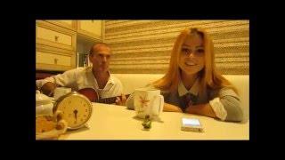 Дивная  девушка  поёт  под  гитару