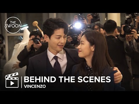 Song Joong-ki pulls Jeon Yeo-been into his arms