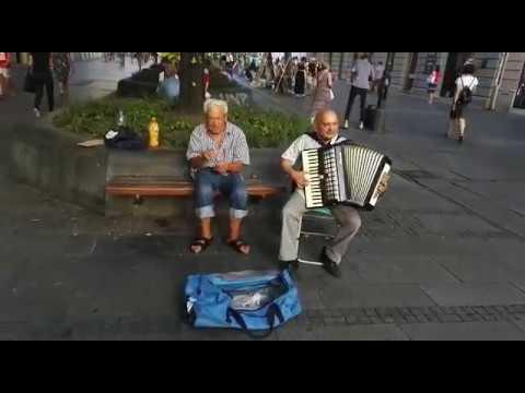 Convaincre un local de chanter une chanson traditionnelle