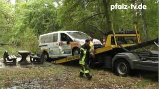 preview picture of video 'Neustadt / Weinstraße. Aus einem See ( Soldatenweiher ) wurde ein gestohlener PKW geborgen'