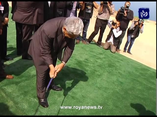 """رئيس الوزراء الأردني يصيب مصوّراً بكرة """"جولف"""""""