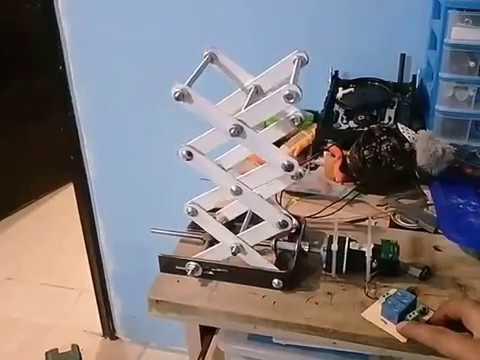 Elevador tipo tijera, con tornillo de potencia