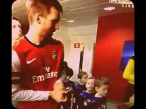 Too Cute ! A little mascot gets hurt by Per Mertesacker's hi-five ~Arsenal vs Bayern Munchen~