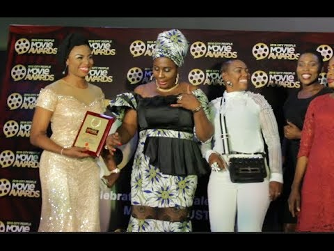 Gbajumo Osere Dances Shaku Shaku As She Collects Award While Her Family &Friends Joins Her On Stage