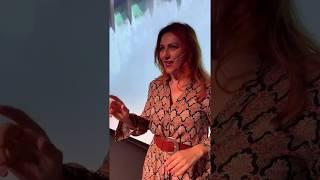 Come si scalda Gabriella Greison prima di un monologo? Con Calvino!