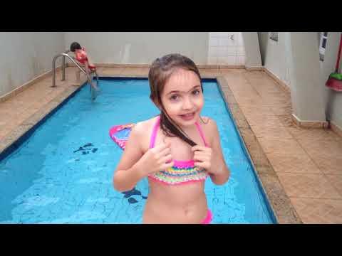 Lorenzo e Melina brincando na piscina.