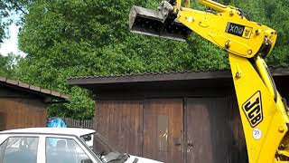 Bagr JCB 3CX bagrování na střeše auta :-)