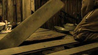 【穷电影】士兵被困雪山小屋,又冷又饿,生气挖开地板后却开心坏了