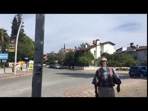 An elderly man walking down the street Kemer. Turkey. Пожилой мужчина идёт по улице Кемера. Турция.