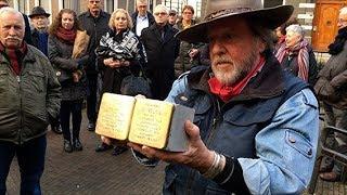 Kunstenaar Demnig struikelstenen in Oisterwijk