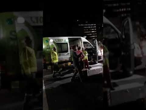 Video. Una camioneta y un taxi chocaron en 4 y 43 y rompieron el frente de un comercio