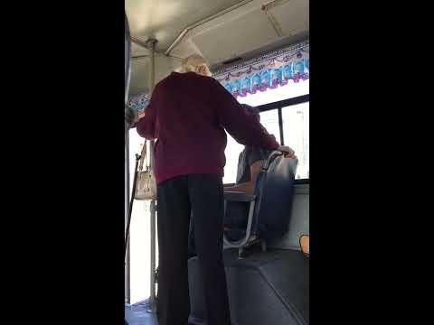 Во Владивостоке  пожилая женщина ударила подростка за то, что не уступал место