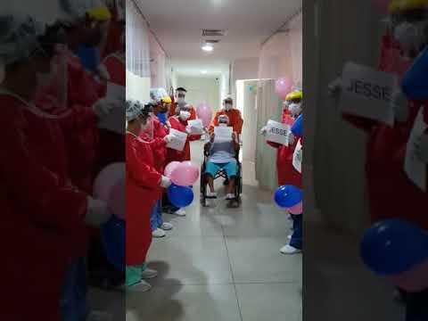 Técnico em enfermagem recebe comemoração por vencer a covid-19