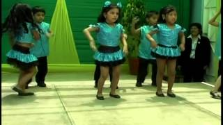 nene bailando moviendo las caderas