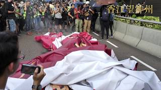 逾十萬人港島自由行 慶祝中共建國七十年巨型橫幅遭示威者拆下焚燒 北京應該很生氣