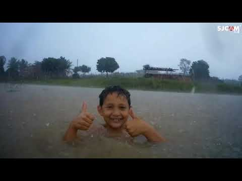 Tomando banho de chuva...