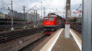 Электровоз ЧС7 с почтовыми вагонами