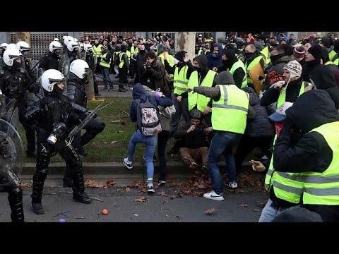 العرب اليوم - شاهد: الشرطة الفرنسية تعتقل عددًا من طلاب المدارس