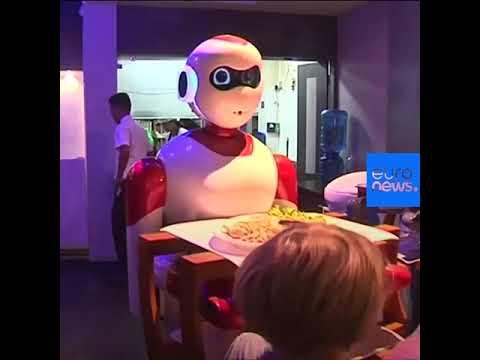العرب اليوم - شاهد: روبوتات محلية الصنع تتولى مهام النادل في إحدى مطاعم كاتماندو