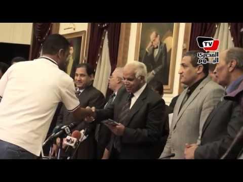محافظ القاهرة يسلم الفائزين تأشيرات «الحج»
