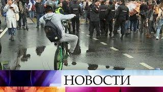 В Москве даже в проливной дождь тысячи любителей спорта вышли на осенний велопарад.