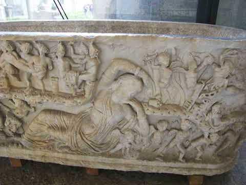 MANN Napoli - Cortile - Sarcofago con figura femminile distesa (Arianna?)