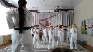 Софья в детском садике показывает карате.Sofia on February 23 kindergarten shows karate.
