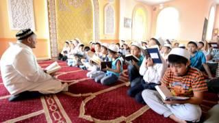 Имам с учениками читает Коран