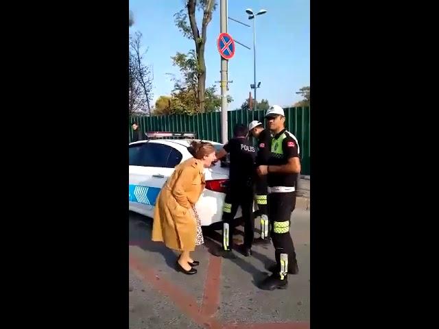 Неадекватная женщина визжит из-за того, что ее оштрафовали