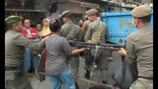 Pedagang Histeris dan Terlibat Tarik-menarik dengan Petugas Satpol PP saat Razia PKL di Duren Sawit