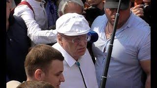 Митингующие радостно приветствуют Жириновского на акции протеста!)))