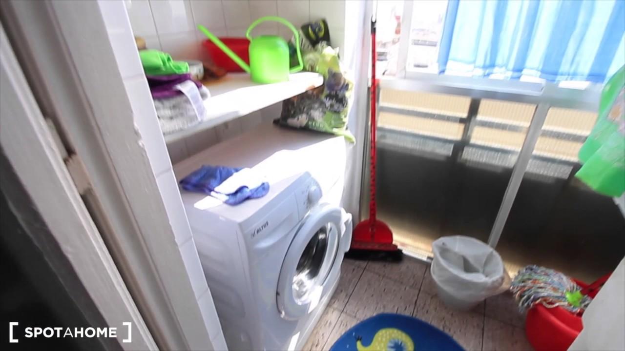 Room for rent in 3-bedroom apartment near Park Güell in Carmel area