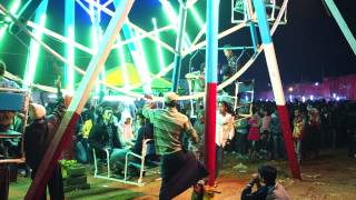 preview picture of video 'Man powered ferris wheel at the Balloon Festival in Pyin Oo Lwin, Myanmar (Burma)'