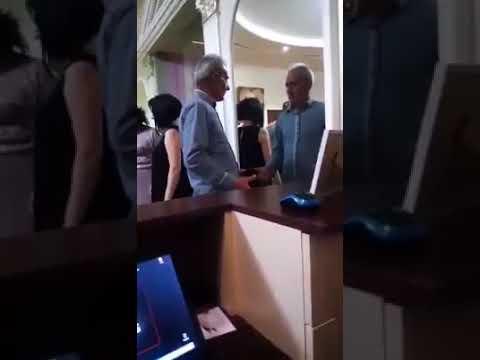 Пьяный мужчина поругался со своим отражением