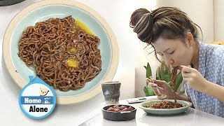 Hwasa's Jjajang Ramyeon Mukbang [Home Alone Ep 282] - dooclip.me