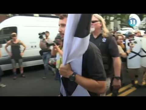 Cientos de supremacistas blancos marchan por las calles de Virginia al grito de consignas nazis