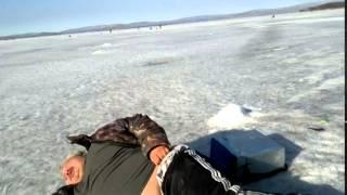 Толстый мужик на зимней рыбалке