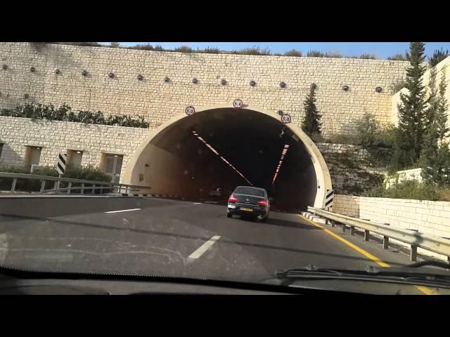 מכונית עלתה באש במנהרת תל חדיד בכביש 6 ליד בן שמן