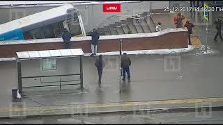 Автобус давит пешеходов на Славянском бульваре
