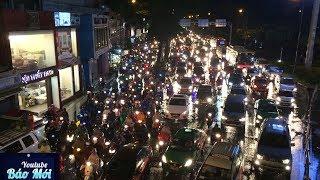 Mưa như thác đổ, đường Sài Gòn thành sông, xe cộ chết máy la liệt - Tin Tức Mới
